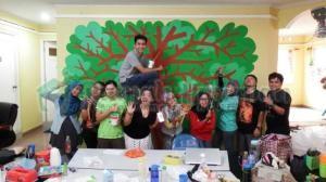 Walau sibuk melukis, Kak Kiki, Kak Silly, dan kakak-kakak dari @JelajahPulauID gak lupa untuk narsis sejenak :-D