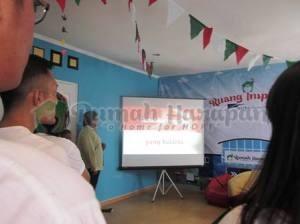 Seperti biasa, sebelum acara dimulai, nyanyi lagu kebangsaan Indonesia Raya terlebih dahulu.
