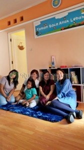 Dari kanan ke kiri: Kak Dhani, Kak Vera, Kak Silly,  Kak Meidy, dan Tyas.