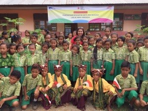 Kak Silly bersama murid-murid SD Fatubenao, Atambua.