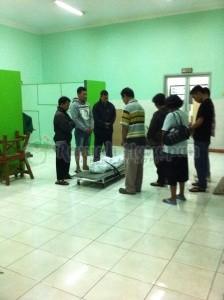 Jenazah Adit didoakan oleh keluarga dan kakak-kakak dari Rumah Harapan.