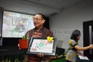 Kado sederhana dari kami untuk Pak Jo: lukisan dan pohon kaktus :-)