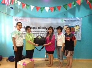Kak Silly menerima donasi PC dan laptop dari Ibu Maya selaku Direktur ExecuTrain.