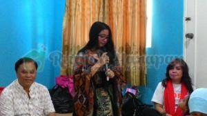 Kak Rara dari Keluarga Indigo memberikan sambutan di acara COTM.