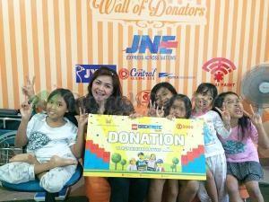 Donasi yang diterima secara simbolis oleh Kak Silly dan adik-adik dampingan.