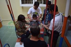 Ibu Yulianis dan tim HII melakukan pengobata transfer energi kepada Okta