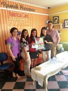 Tim Dill Gourmet Cafe yang menyerahkan donasi kepada RHVCF.