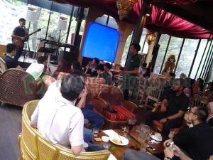 Para pengunjung yang menikmati konser. Foto dari @putisafira