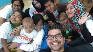Pak Roy Simangunsong, Country Business Head Twitter Indonesia ber-wefie dengan adik-adik dan kakak-kakak relawan.