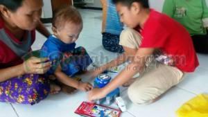 Revan (baju biru) sedang bermain bersama anak salah satu volunteer RH Bandung.