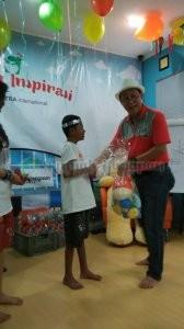 Pak Tedjo saat memberikan hadiah ke Ammar.