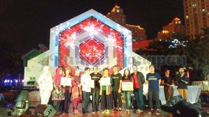 Saat menerima donasi pada acara puncak. Rumah Harapan diwakili Kak Wulan (paling kiri)