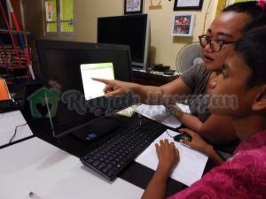 Alam belajar sambil dibimbing koordinator RHI Jakarta Kak Runy