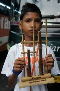 Alam dengan angklung khusus bertuliskan namanya, hadiah ulang tahun dari Saung Angklung Udjo.