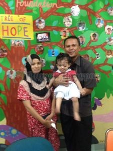 Alya dengan mama dan papanya.