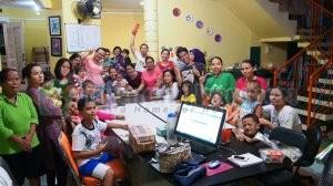 Syahdan waktu rayakan ulang tahun pertamanya di RHI. Rameee... Semoga bisa jadi keluarga baru buat Syahdan dan ibunya ya :-)