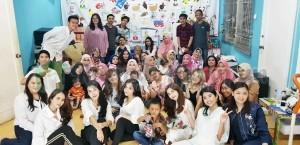 Tim Mecapan Indonesia berfoto bersama adik-adik dan ibu-ibu yang sudah didandani dengan cantik.